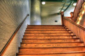 О чем следует помнить при покраске лестницы в доме
