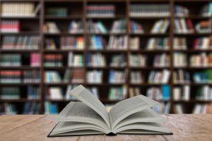 Книжный шкаф в современном интерьере и как его выбрать