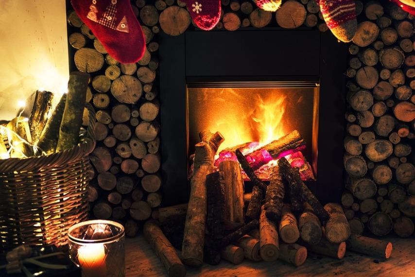 Огонь в камине - настоящее украшение новогоднего праздника