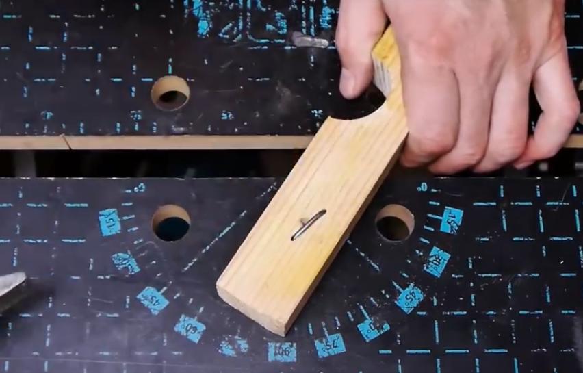 Кончик гвоздя спрятан в древесине