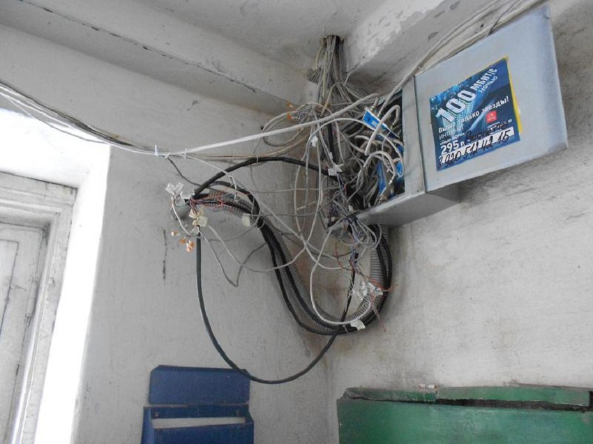 Куча непонятных проводов в электрощите: как заставить интернет провайдера навести порядок в подъезде