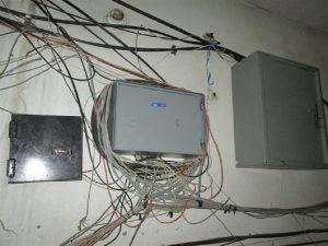 Как заставить интернет провайдера навести порядок в подъезде?