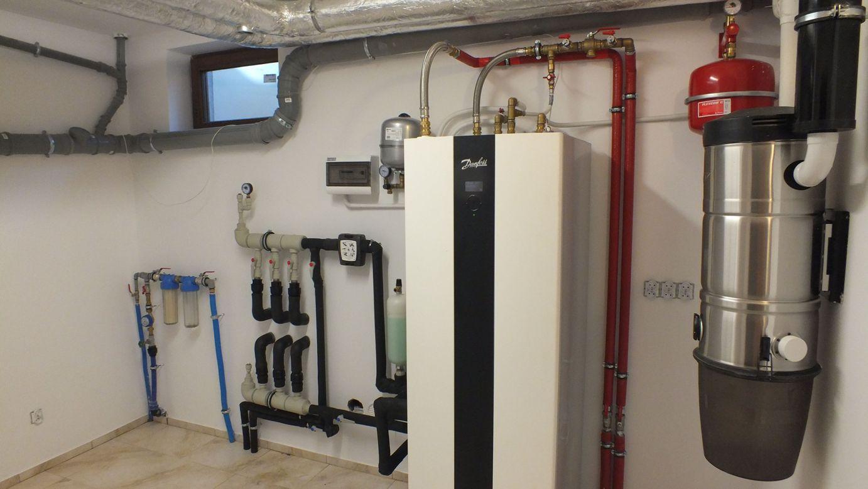 Водяной тепловой насос в подвальном помещении
