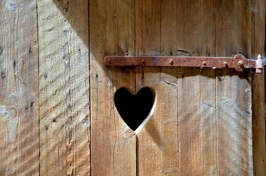 Причины деформации двери