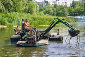 Плавающий экскаватор – отличная возможность очистить пруд и сделать его пригодным для купания!