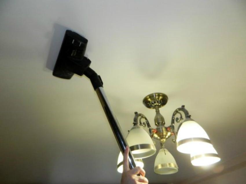 чистим натяжные потолки