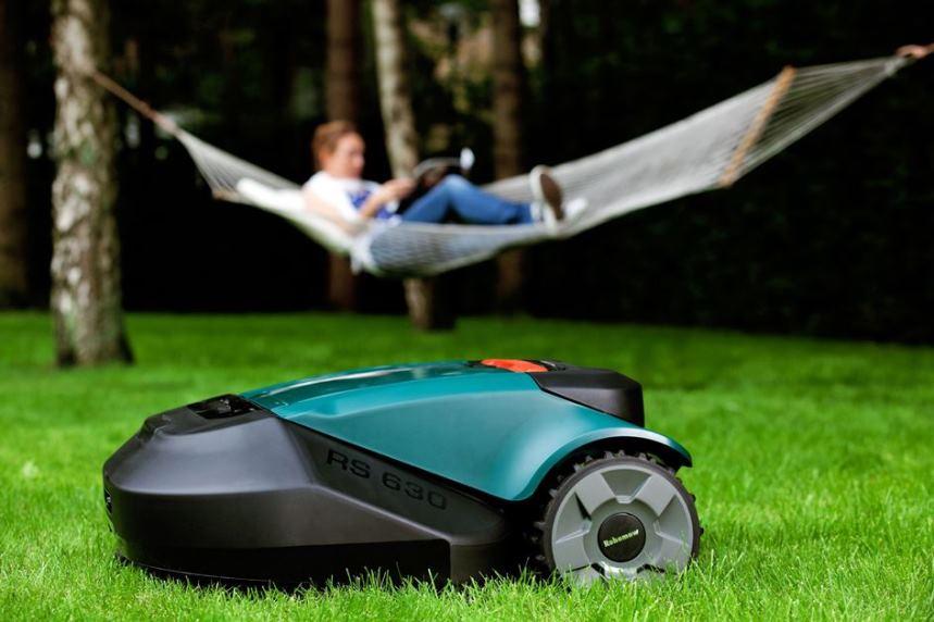 Робот-газонокосилка за работой