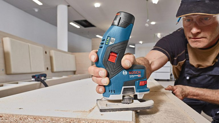 Работа ручным аккумуляторным фрезером Bosch