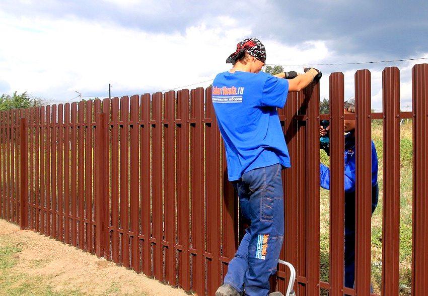 забор из металлического штакетника: установка