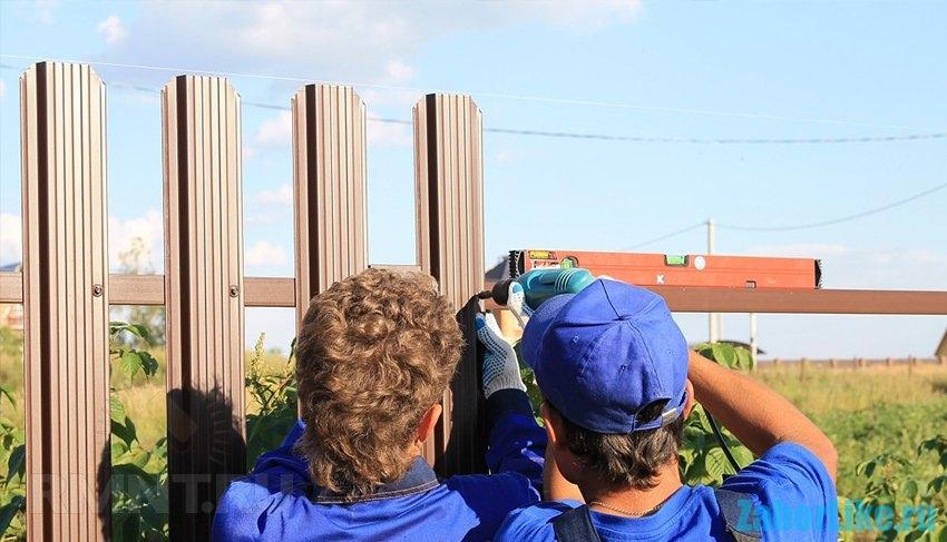 забор из металлического штакетника: крепление панелей