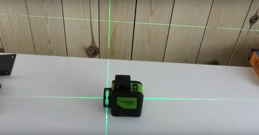 Включенный лазерный уровень