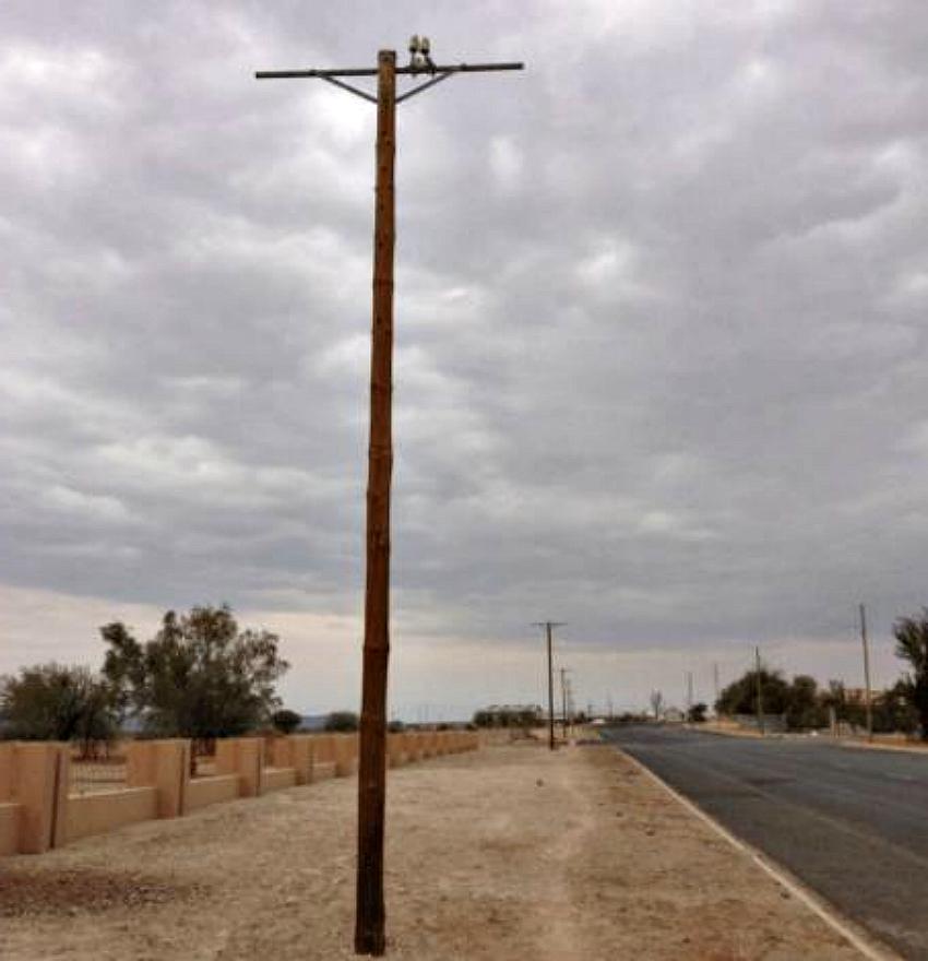 Делевянный электрический столб