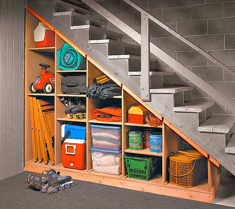 Мини-кладовка под лестницей