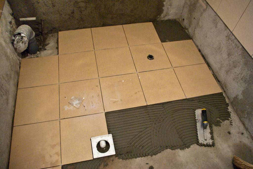 Выравнивание пола в туалете под плитку своими руками