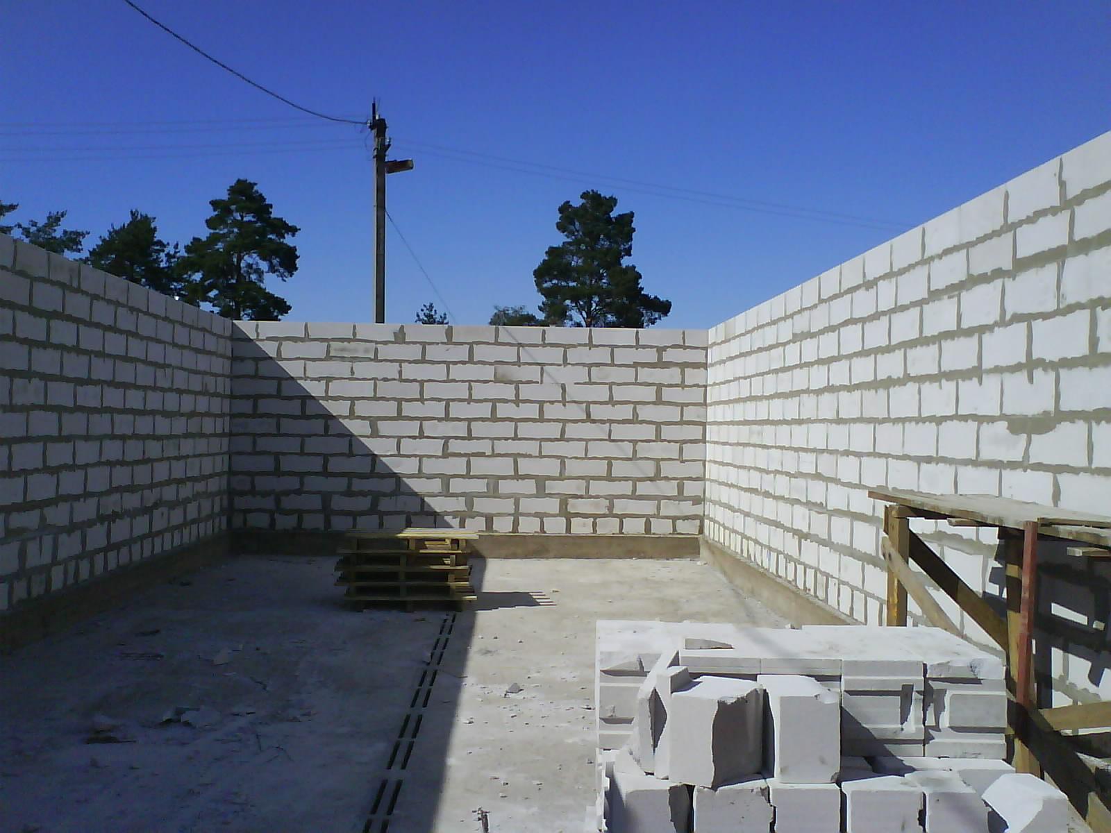 2800 мм) на (в зависимости от способа кладки и толщины стены): 1 вариант: высоту (300 мм) пеноблока 2 вариант