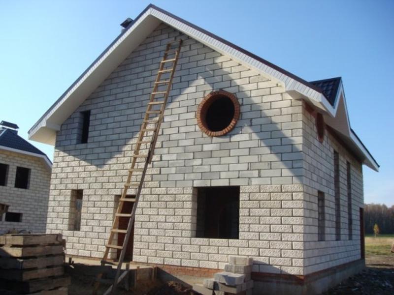 Как видно, построить стены из блоков гораздо проще и быстрее чем из кирпича, при этом выполнить работу под силу любому, кто решил сэкономить и возвести дом