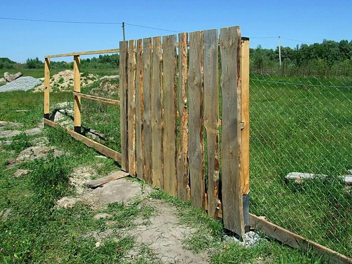 Забор из вертикальных досок фото